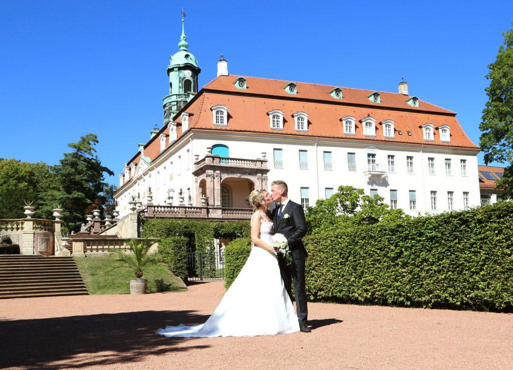 Brautpaar vor dem Schloss Lichtenwalde